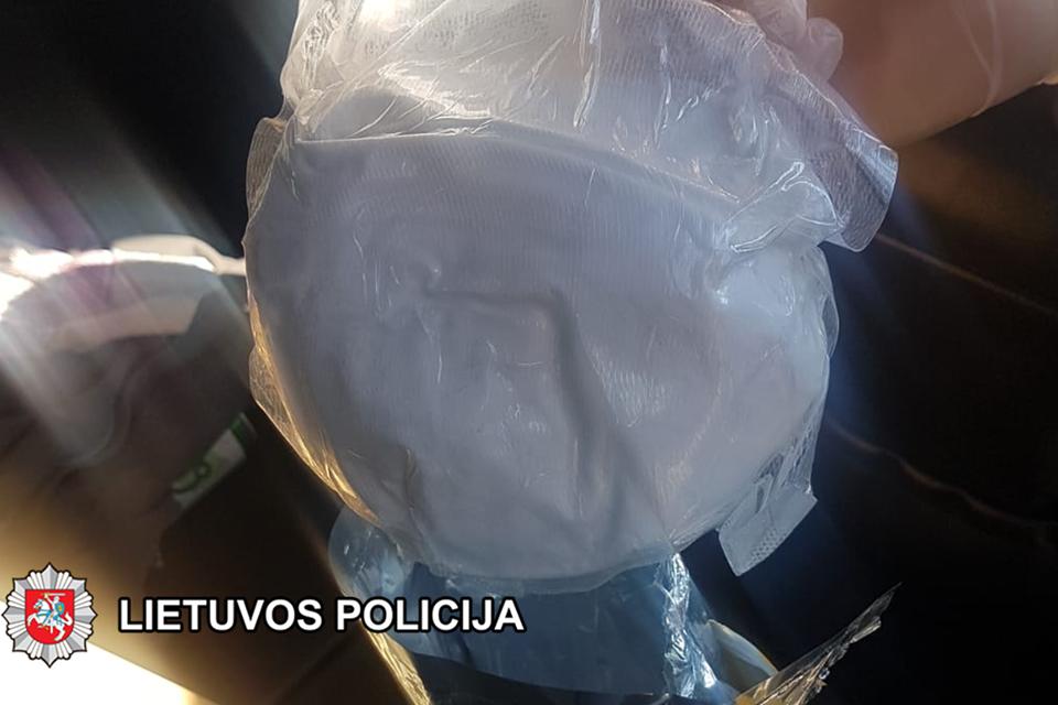Už narkotikų platinimą ir kontrabandą – teisiamųjų suolas