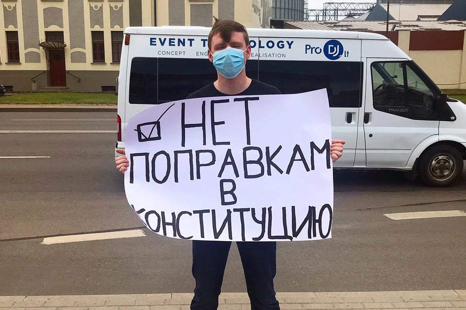 У здания Генконсульства РФ в Клайпеде призывали голосовать против новой Конституции