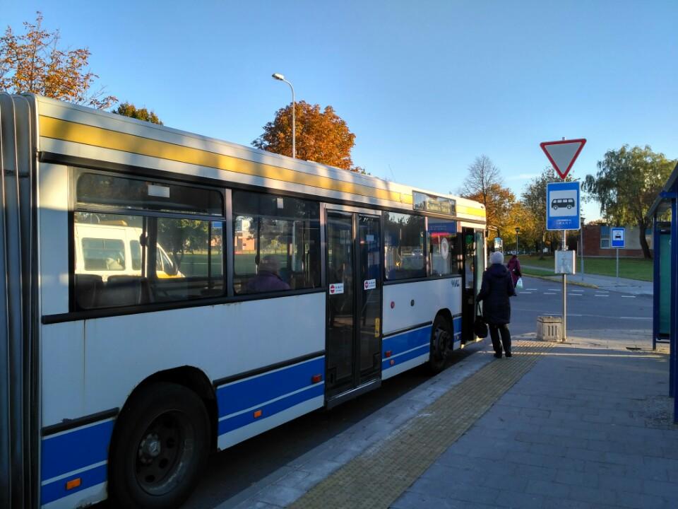 Automobilininkus autobusais veš nemokamai