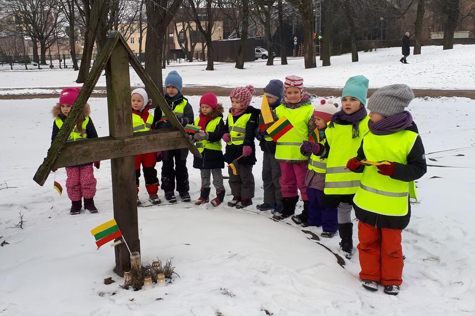 """""""Boružiukai"""" uždegė žvakeles ant savanorių kapo"""