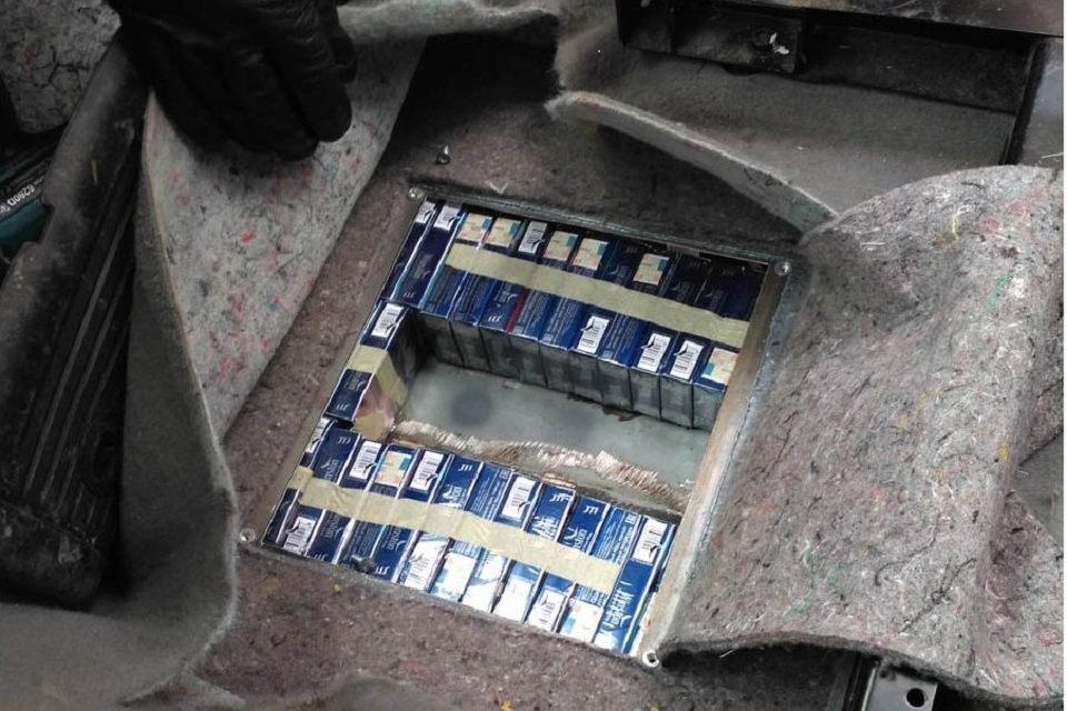 Kontrabandinės cigaretės – automobilio slėptuvėse ir čiužiniuose