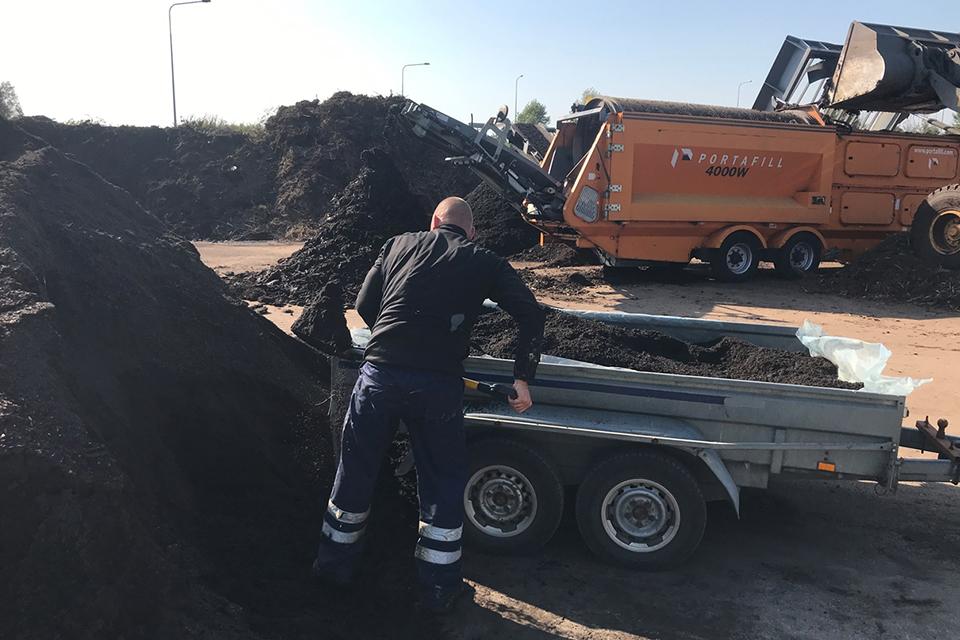 Nemokamai dalina kompostą