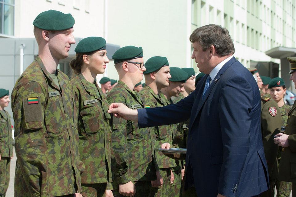Aukštųjų mokyklų studentams suteiktas atsargos leitenanto laipsnis