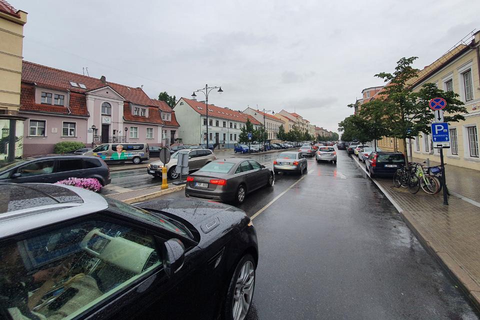 Mieste – paralyžius: automobiliai važiuoja per prekyvietes