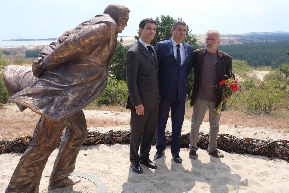 Atidengė skulptūrą Žanui Poliui Sartrui
