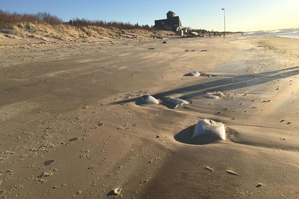 Paplūdimyje – trąšų maišai su smėliu