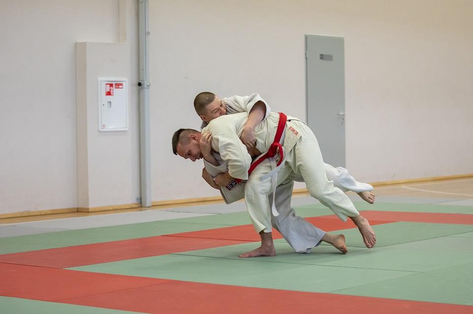 Pareigūnai rungėsi ant dziudo tatamio