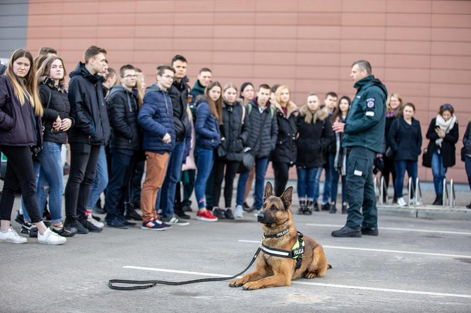 Atvirų durų diena į policiją sutraukė būrį moksleivių