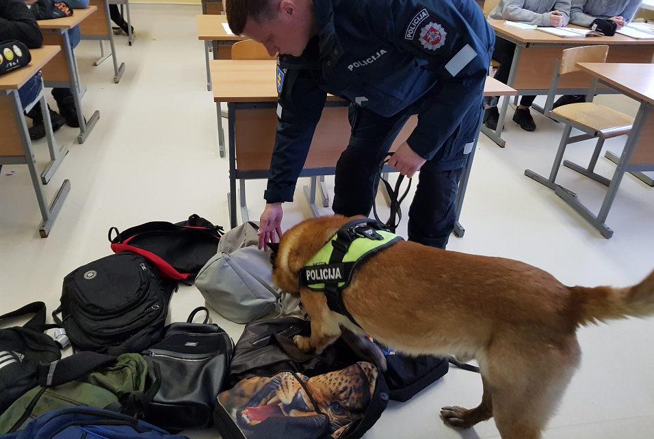 Policijos šuo privertė mokinį slėpti cigaretes