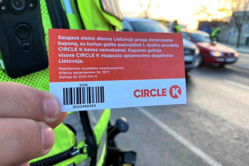 Policininkai bendraus su vairuotojais, teiks kuponus kavai