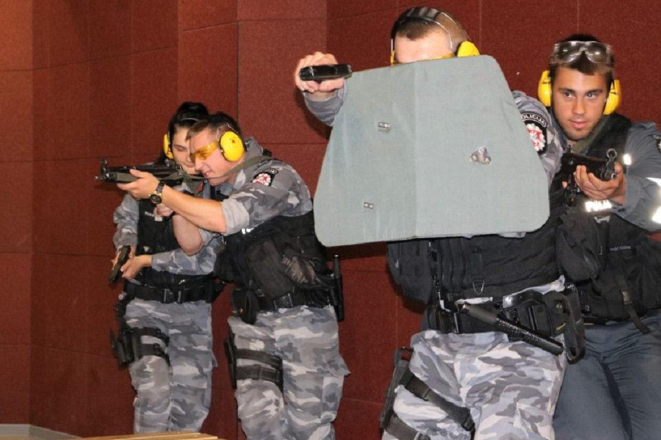 Treniravosi sulaikyti ginkluotus asmenis