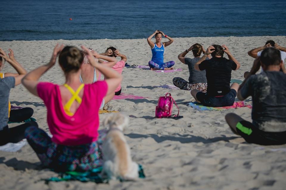Neringos paplūdimiuose – nemokami jogos užsiėmimai