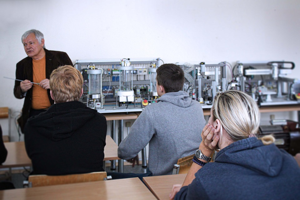Klaipėdos įmones užplūdo moksleiviai