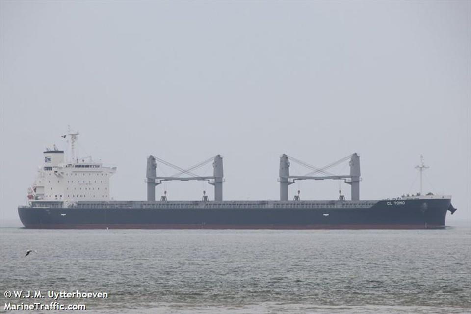 Laivas uoste taranavo du laivus