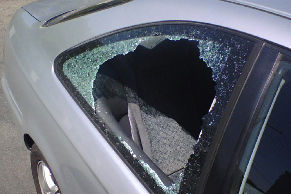 Neblaivus karys išdaužė automobilio langą