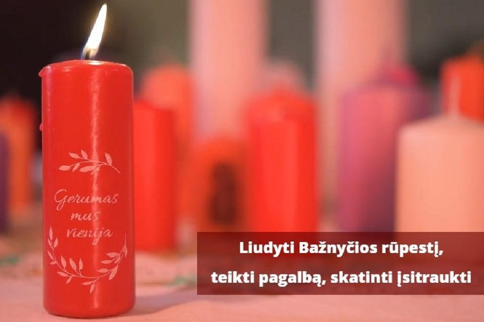 Ragina uždegti Caritas žvakelę