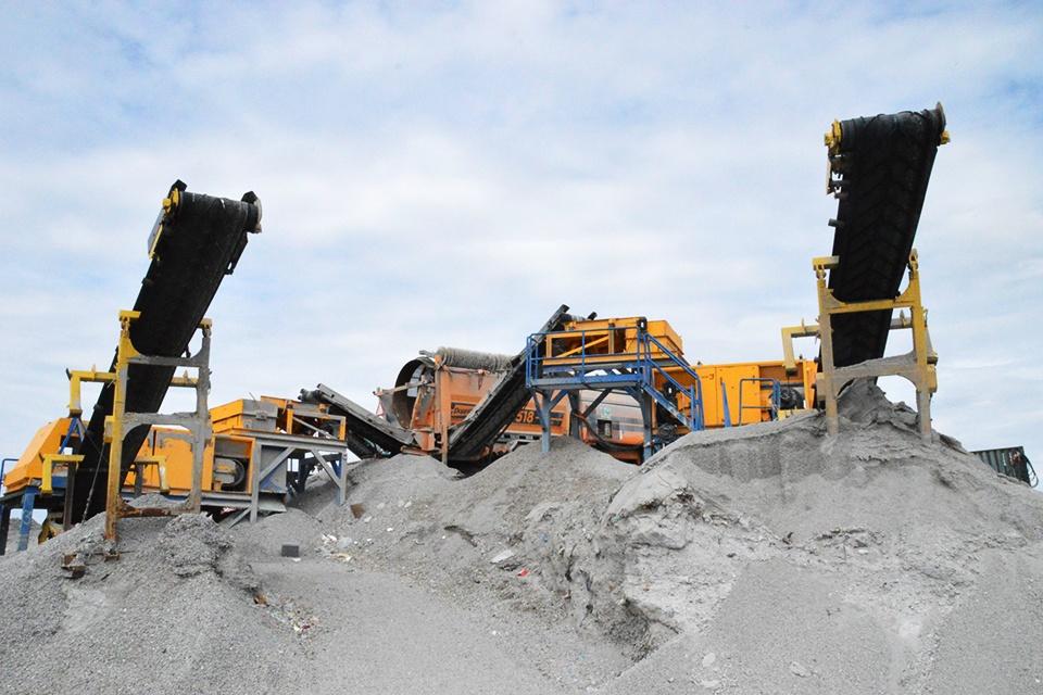 Nepavojingus pelenus ir šlaką bus galima naudoti statyboms ir keliams tiesti