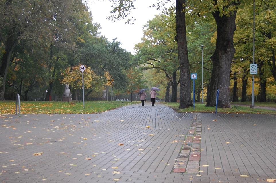 Skulptūrų parke – ir vaikų žaidimo aikštelės, ir kryžiai