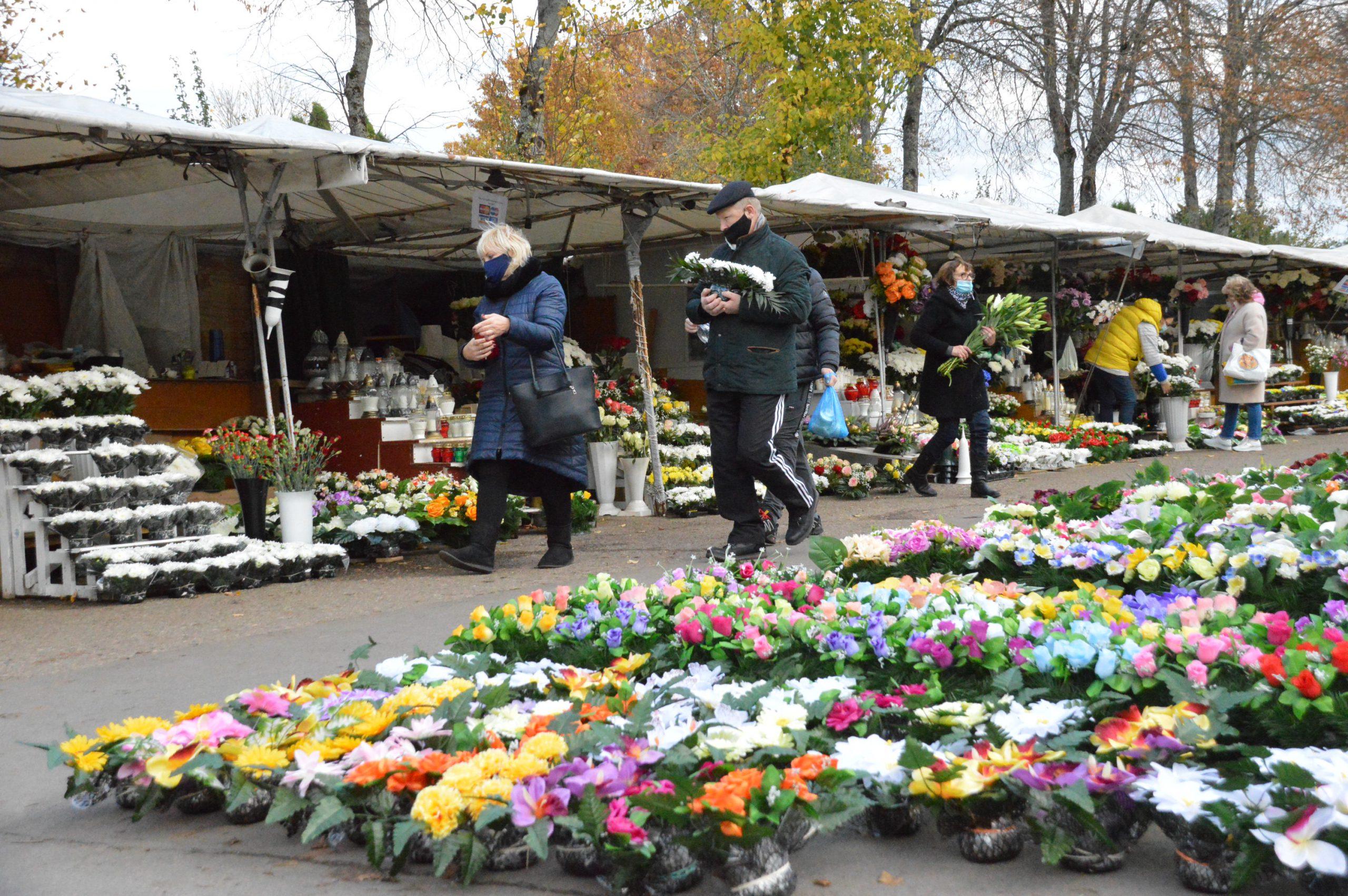 Желание привести в порядок торговые точки возле кладбища Лебартай торговцев не радует