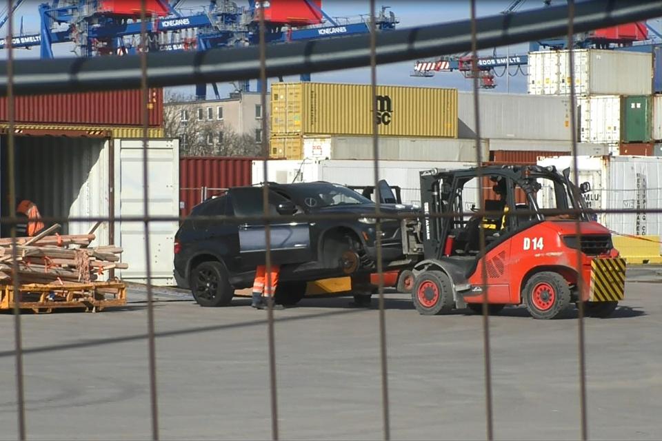 Automobilių prekeiviai įtariami nesumokėję per 3 mln. eurų PVM, areštuota šimtai mašinų