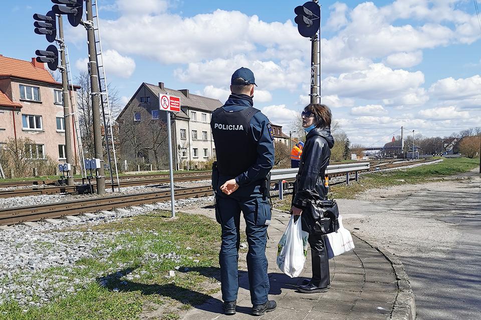 Pėstieji prie geležinkelių vis dar nesisaugo