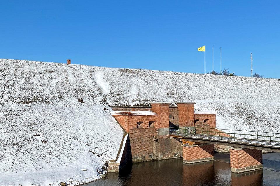 Jūrų muziejus lankytojus  pasitinka iškėlęs geltoną  vėliavą