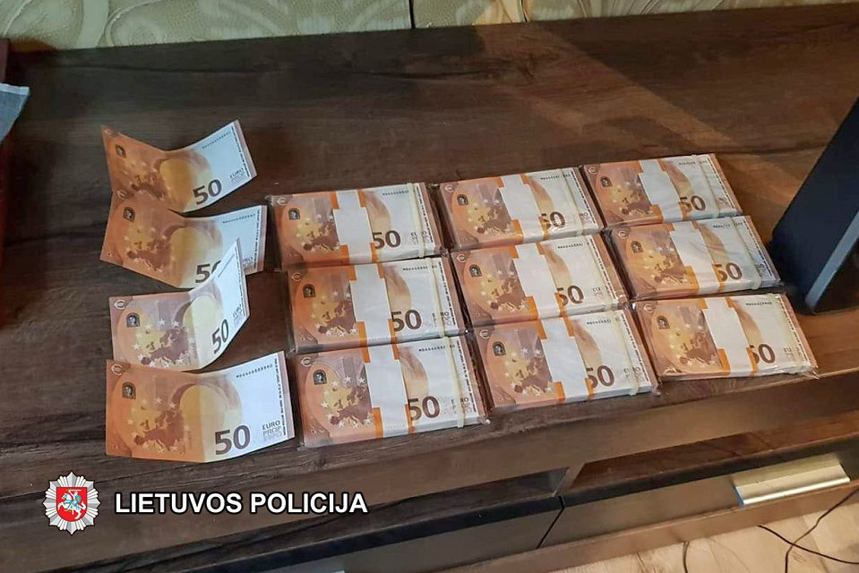 Internetu parsisiuntė 1000 padirbtų eurų, policija ieško nukentėjusiųjų