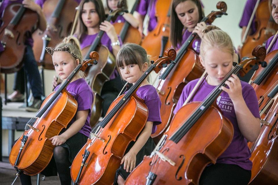Parodų rūmuose – jaunųjų Suzuki violončelininkų koncertas