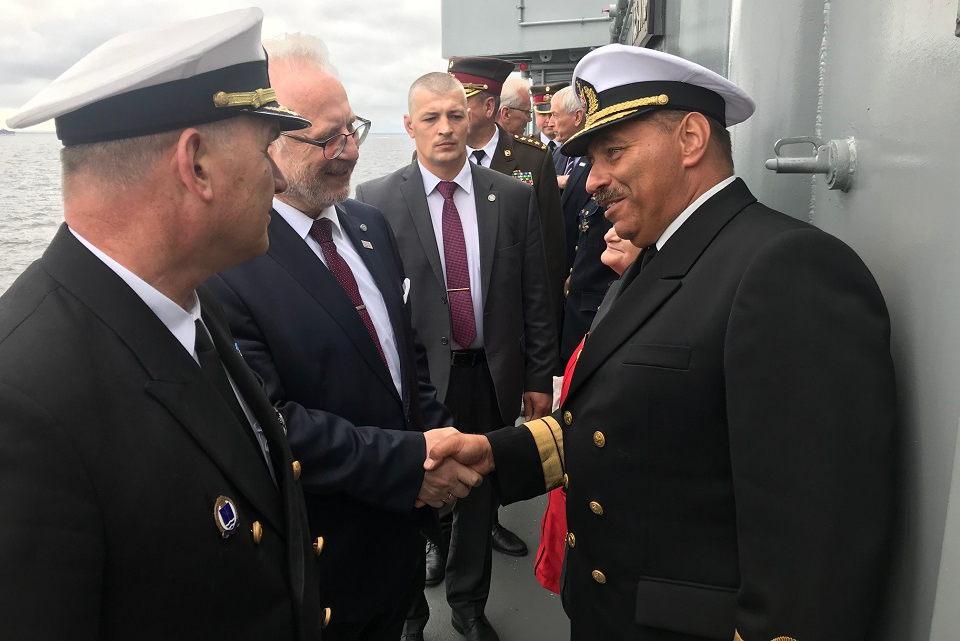 Lietuvos karo jūreiviai laivų parade pasveikino latvius