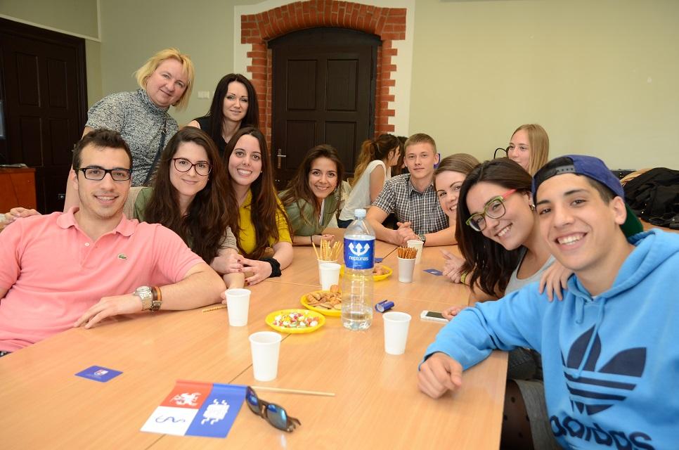 Užsieniečiai mokosi lietuvių kalbos, lietuviai – užsienio