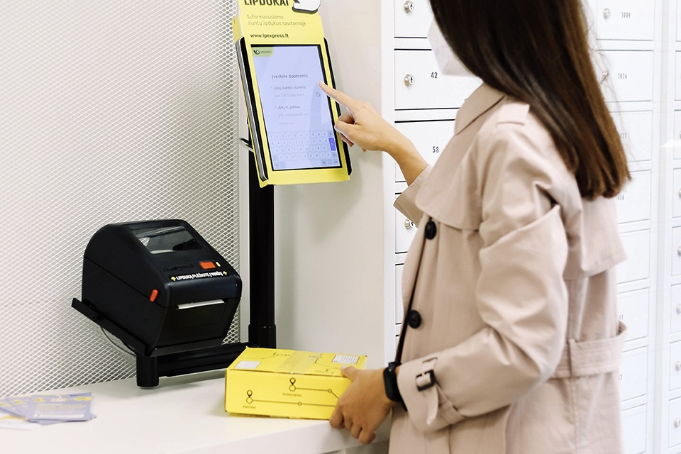 Pašto skyriuose – savitarnos lipdukų spausdinimo aparatai