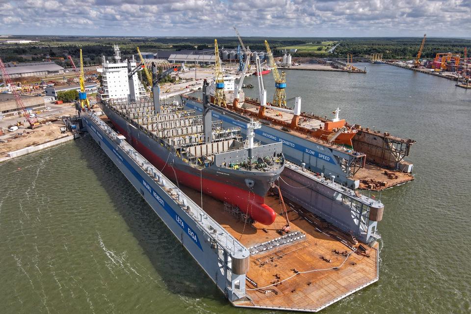 Didžiausias dokas Baltijos šalyse remontui priėmė pirmąjį laivą