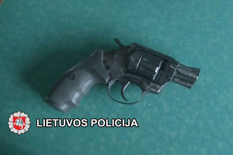 90-metis pistoletu grasino 74 metų moteriai