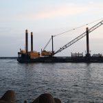 Į Klaipėdą pradėta plukdyti technika bangolaužių rekonstrukcijai