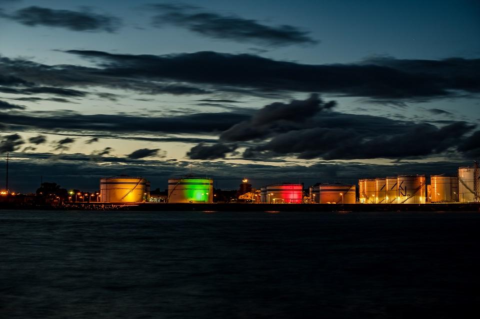 Naftos terminalo talpyklas nušvies trispalvė
