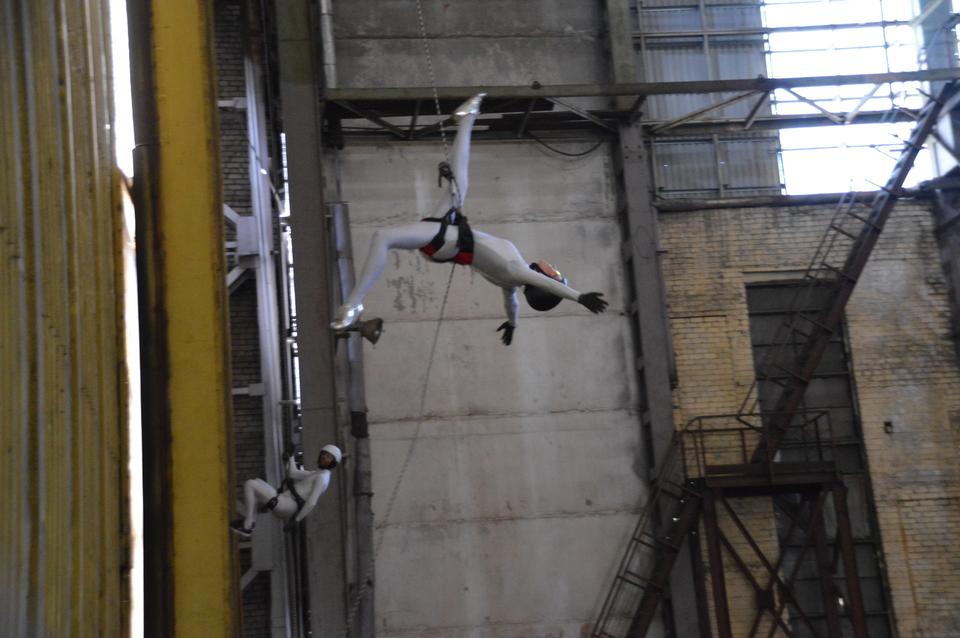 Vertikalaus šokio spektaklis – laivų statykloje