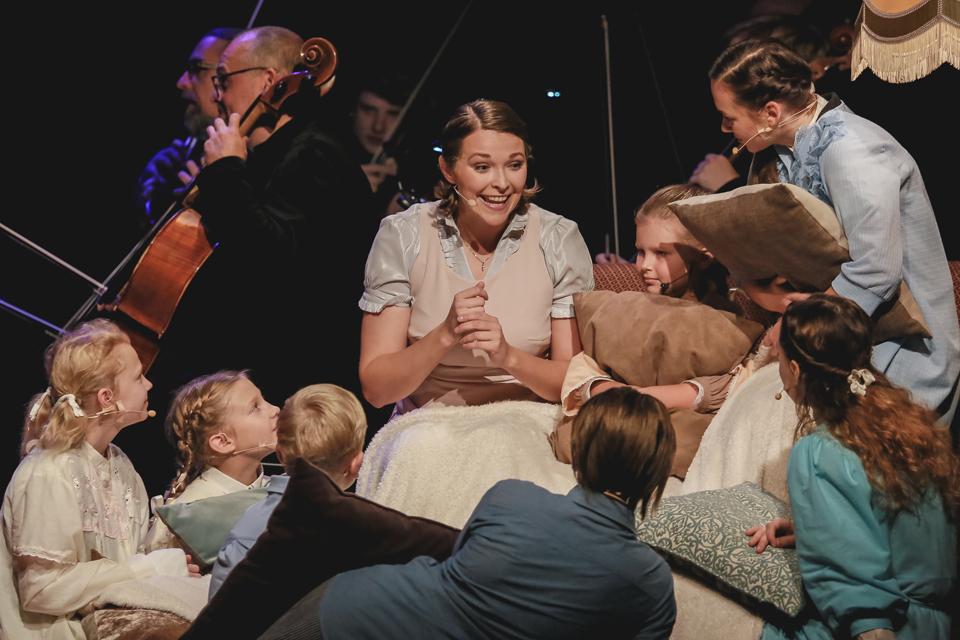 Žaismingos muzikos garsų orkestras pasakos apie meilę šeimai ir muzikai