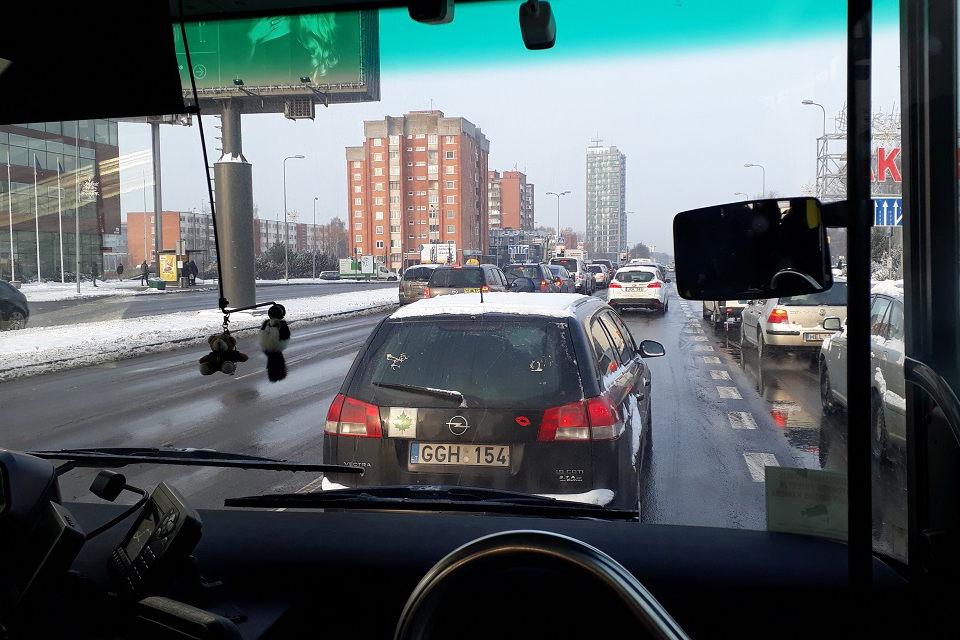 Sniegas priemiesčių gyventojus paliko be transporto