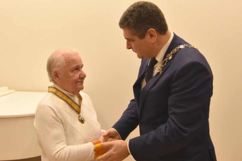Juodkrantės metraštininkei įteiktos Neringos miesto Garbės piliečio regalijos