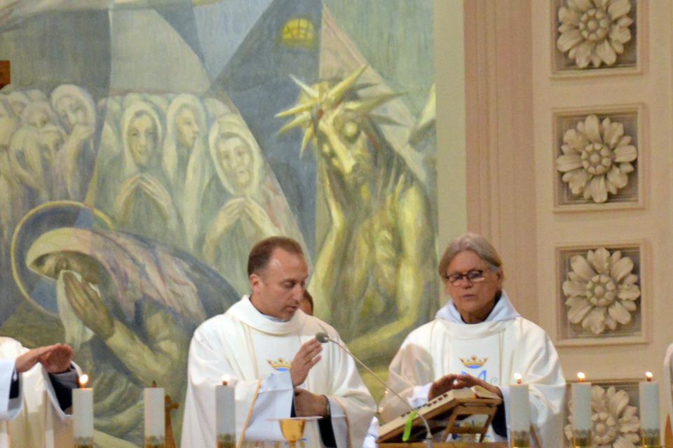 Bažnyčiose mažėja ribojimų