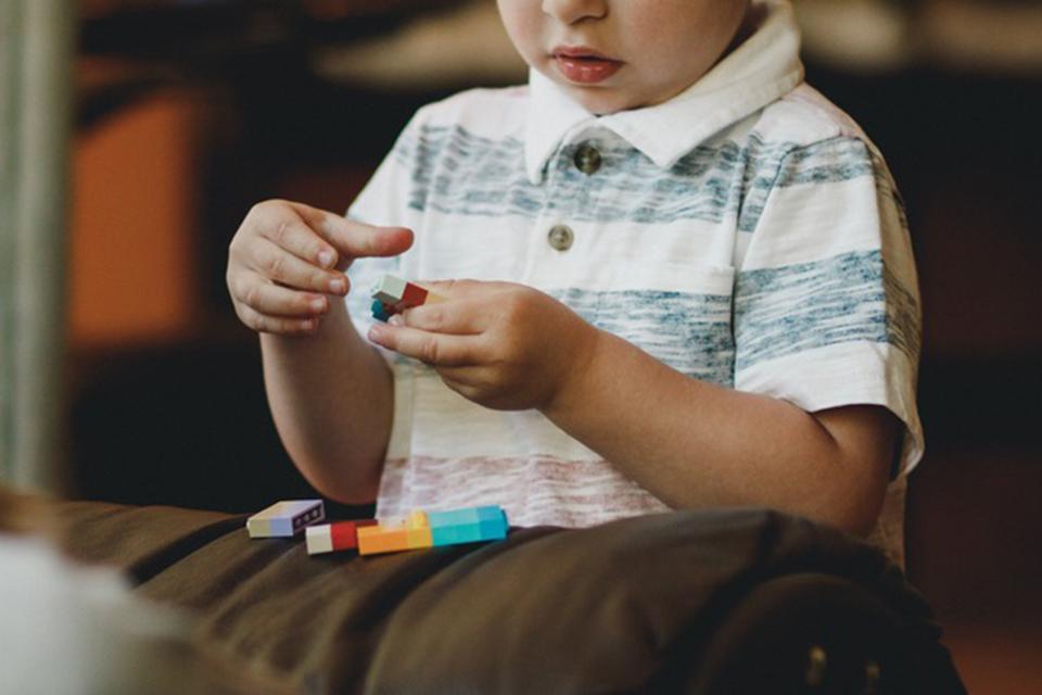 Bandys griauti mitus apie autizmą