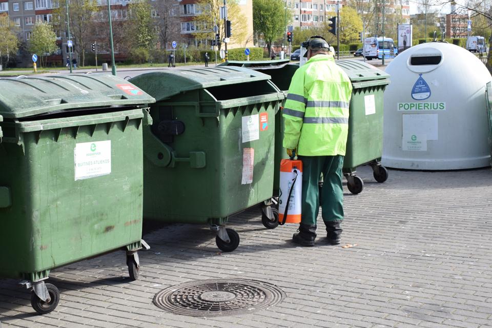 Atliekų konteineriai dezinfekuojami dažniau