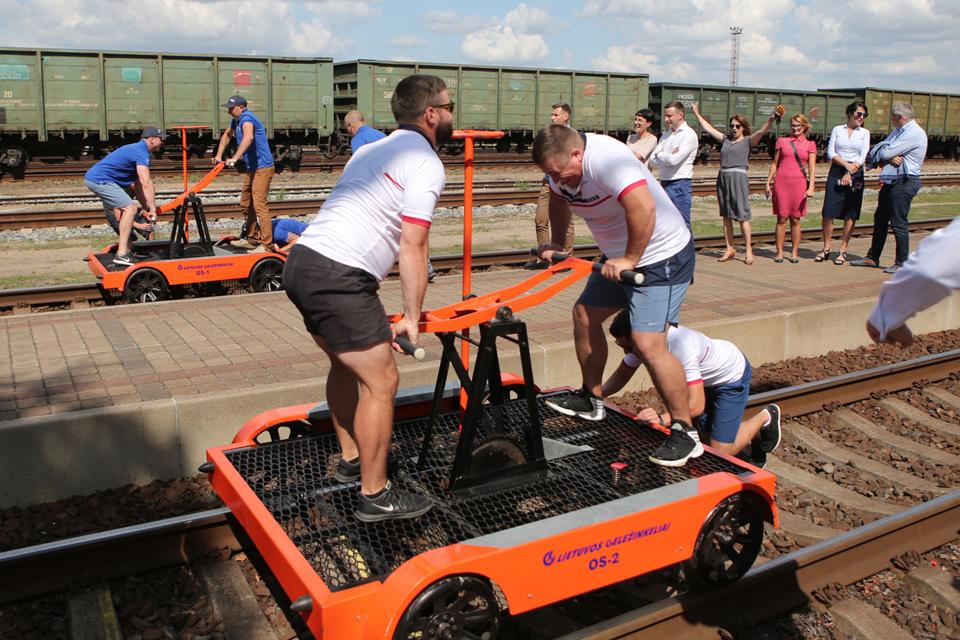 Jūros šventėje – egzotiškos lenktynės geležinkelio bėgiais