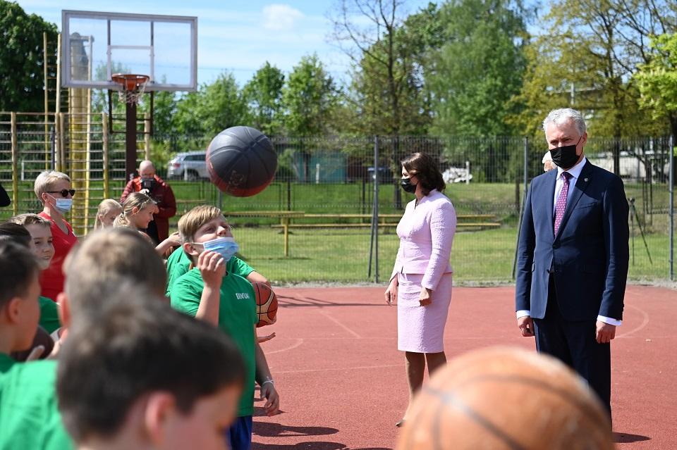 Dovilų pagrindinėje mokykloje – garbingi svečiai