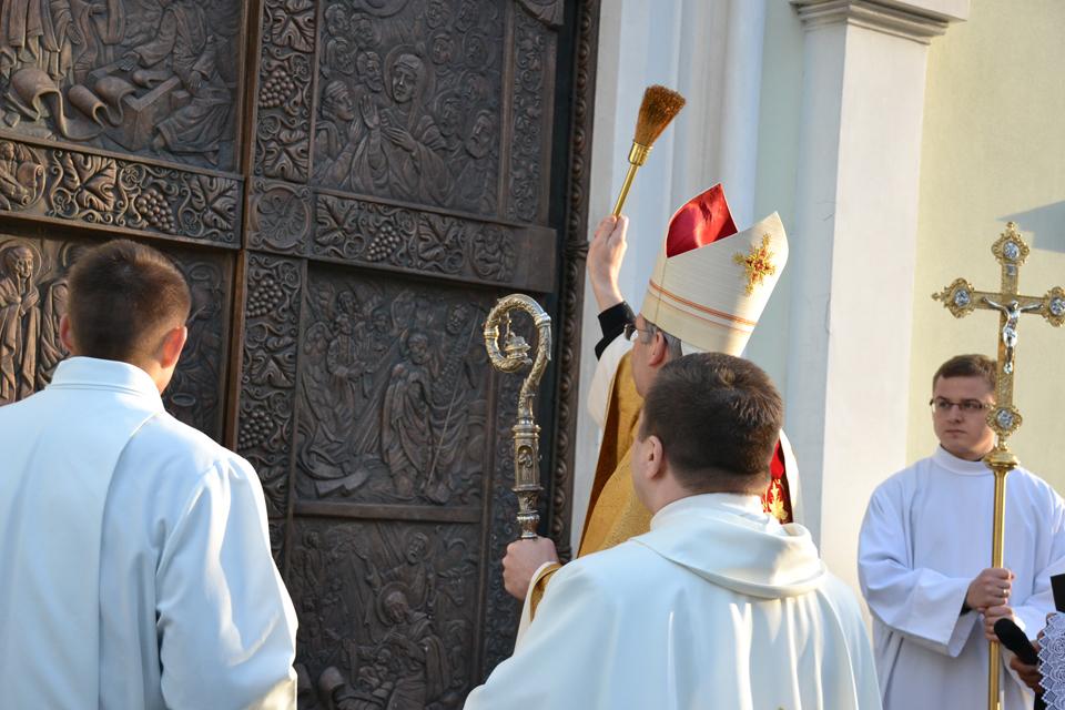 Pašventintos naujos bažnyčios durys