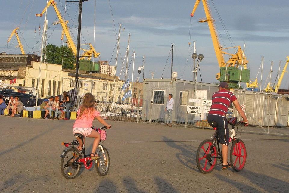 Tikrino dviratininkų ir pėsčiųjų elgesį
