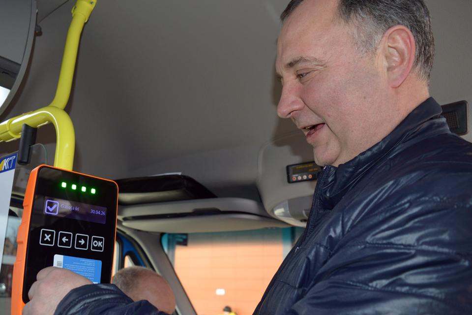 Autobusuose testuoja naujuosius komposterius