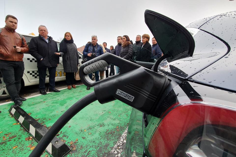 Uostamiestyje daugėja elektromobilių įkrovos stotelių