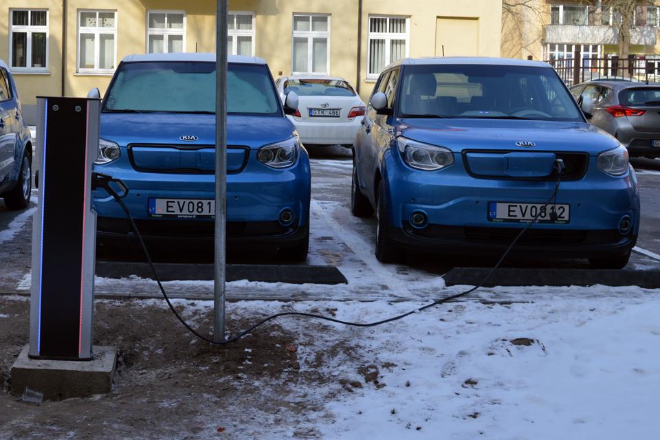 Atsiras greito elektromobilių įkrovimo stotelės