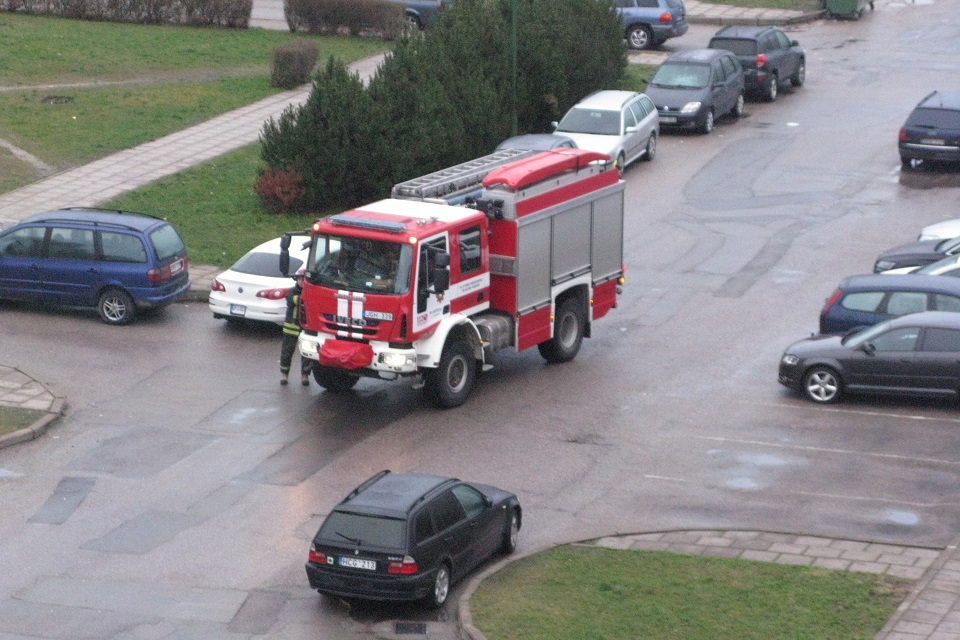 """Dėl gaisro """"Klaipėdos medienoje"""" – sprogimai"""